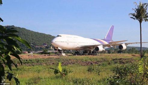 Boeing 747 Berada Di Tengah Sawah