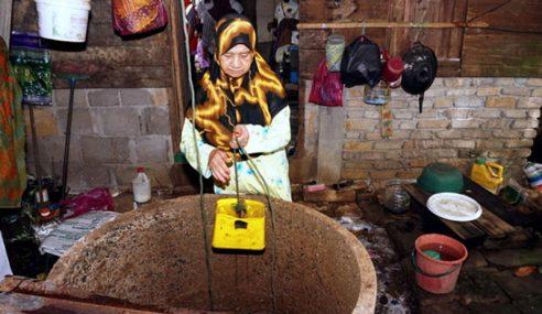 Wanita 71 Tahun Guna Kudrat Keluar Menoreh Cari Rezeki