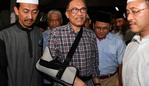 Mahathir 'Guna' Azmin Sekat Pengaruh Anwar?