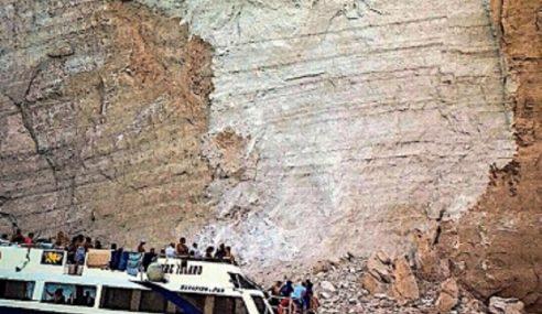 7 Cedera Dihempap Batu Di Greece