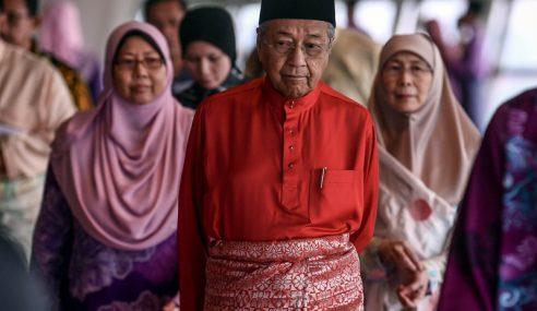 Mahathir Lawat Zainuddin Di Hospital Putrajaya