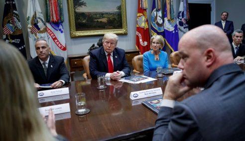 Panel Sekolah Trump Cadang Guru Dibekal Senjata Api