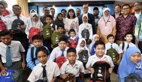 50 Pelajar Sekolah Putrajaya Terima Bantuan Persekolahan