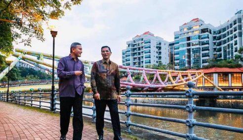 Singapura Alu-Alukan Kunjungan Azmin