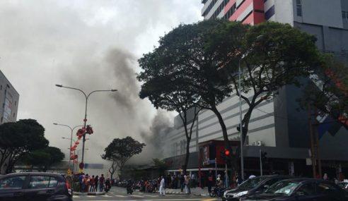 Pusat Beli-Belah Kompleks Pertama Terbakar