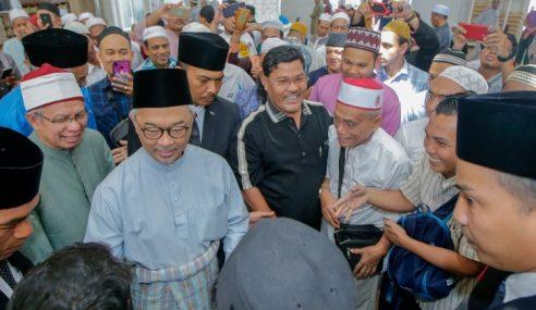 Agong Solat Jumaat Di Masjid Kampung Baru