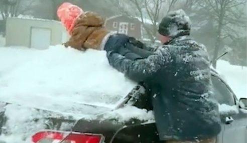 Budak Dijadikan Alat Bersihkan Salji
