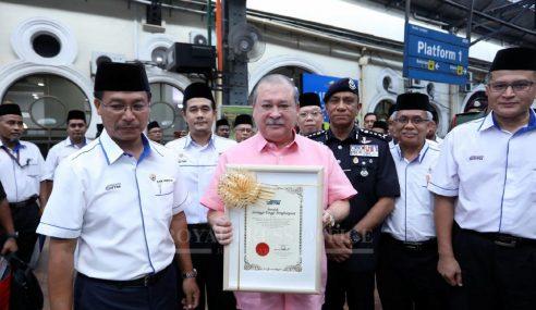 Sultan Johor Terima Sijil Kelayakan Pemandu Kanan Lokomotif KTMB