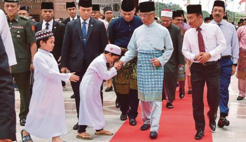 YDP Agong Solat Jumaat Di Masjid Putra