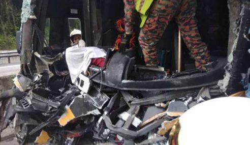 Pemandu Bas Maut Rempuh Treler