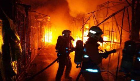 30 Gerai Musnah Kebakaran Depan Wisma Yakin