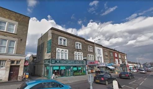Lelaki Lepaskan Tembakan Di Masjid London