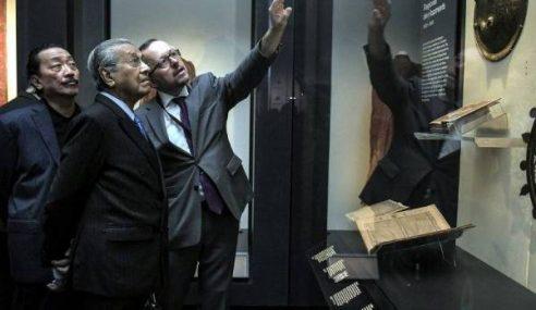 Mahathir Lawat Galeri Yayasan Al Bukhary Di British Museum