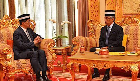 Agong Perkenan Terima Azmin Menghadap Di Istana Negara