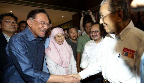 """""""Azmin Tidak Hadir Bukan Urusan Saya"""" – Mahathir"""