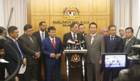 """""""Azmin Bukan Saingan Saya Jadi PM"""" – Anwar"""