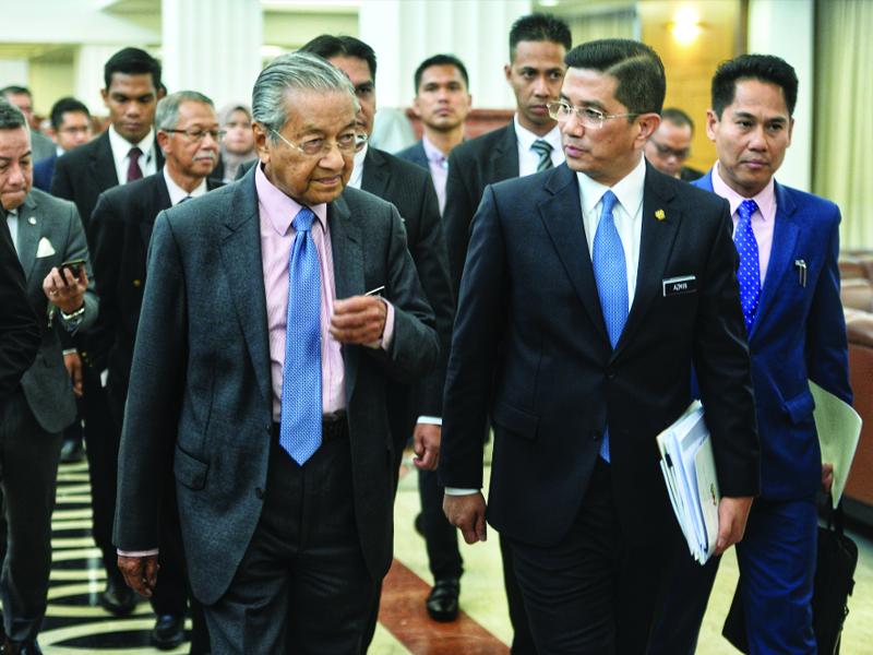 Azmin Sokong Mahathir Jadi PM Hingga Akhir Penggal