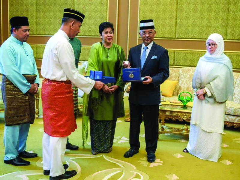 Al-Sultan Abdullah, Tunku Azizah Terima Syiling Khas