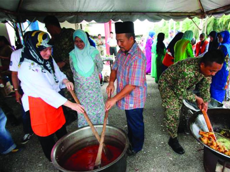 Tunku Azizah Singsing Lengan, Buka Semula Dapur PPS Banjir