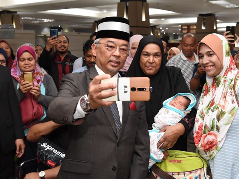 Agong Terima Sambutan Mesra Rakyat Di Hospital Putrajaya