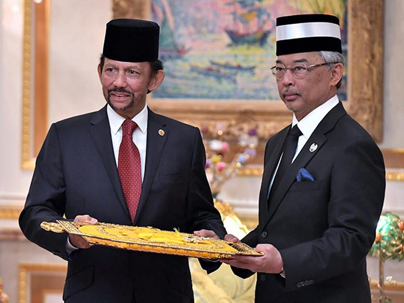Agong Terima Anugerah Darjah Kerabat Mahkota Brunei