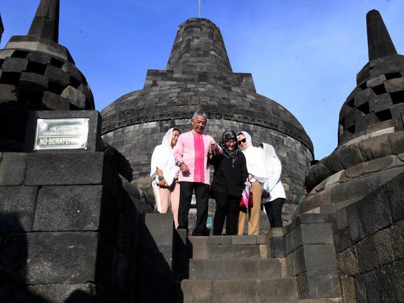 Agong, Permaisuri 'Tawan' Puncak Candi Borobudur