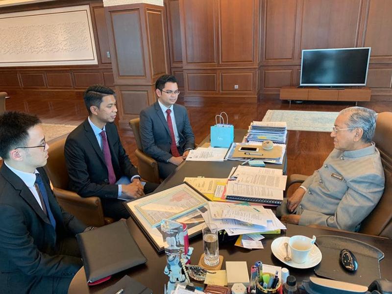 Mahathir Lantik 3 Belia Anggotai Majlis Tindakan Ekonomi