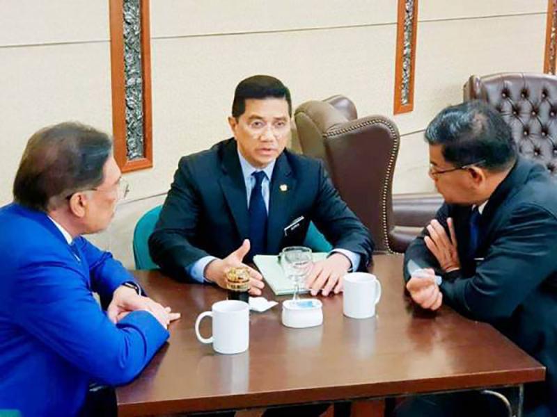 Tiada Kemusykilan, Azmin Sokong Anwar Sebagai PM – Saifuddin