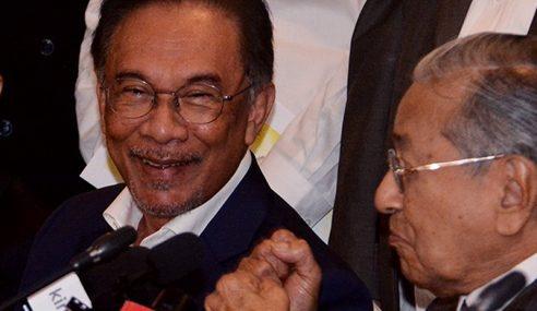 """""""Itu Politik Bangang, Saya Tak Sebut Barua"""" – Anwar"""