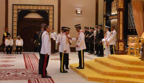 Agong Kurnia Pingat Kepada Anggota Tentera