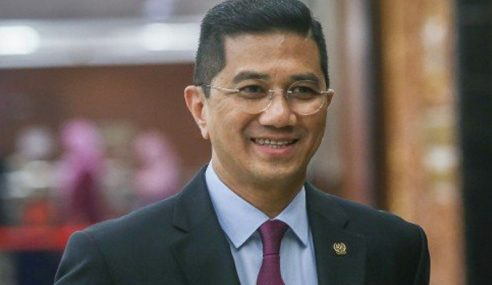 Biar Mahathir Tadbir Hingga Habis Penggal – Azmin