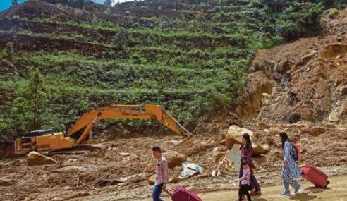Tanah Runtuh: Bomba Bantu Pelancong Di Genting Highlands