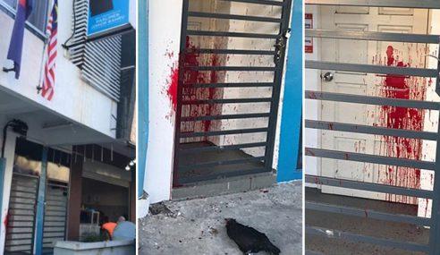 Pejabat Akmal Nasir Disimbah Cat, Dicampak Bangkai Ayam