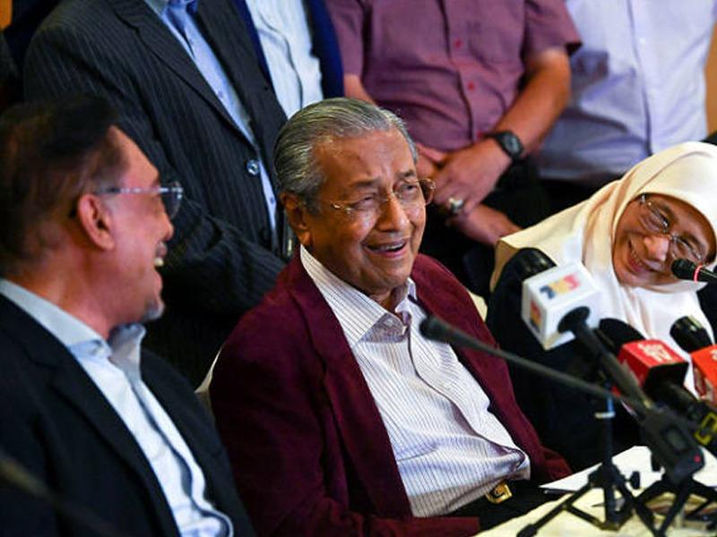Wan Azizah Syukur Mahathir Serah Jawatan Kepada Anwar