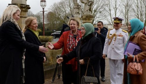 Raja Permaisuri Agong Lawat Sekolah Sulaman Diraja Di UK
