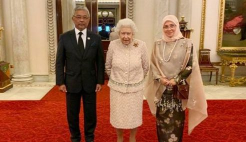 Agong Hadir Majlis Santapan Tengah Hari Bersama Ratu Elizabeth II