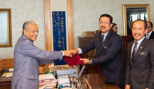 Mahathir Serah Watikah Pelantikan Kepada KSN Baharu