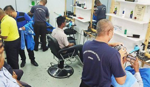 Banduan Kongsi Pengalaman Penjara Sambil Gunting Rambut