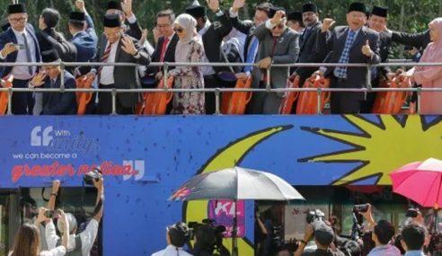 Rombongan Ahli Parlimen PKR Naik Bas Pergi Istana Negara