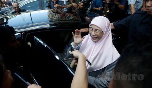 Wan Azizah Kemas Pejabat