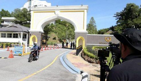 Kumpulan Azmin Tunggu 'Lampu Hijau' Ke Istana Negara