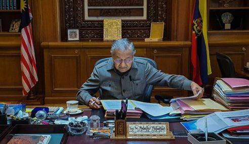 """""""Seperti Biasa 1 Hari Lagi Di Pejabat"""" – Mahathir"""