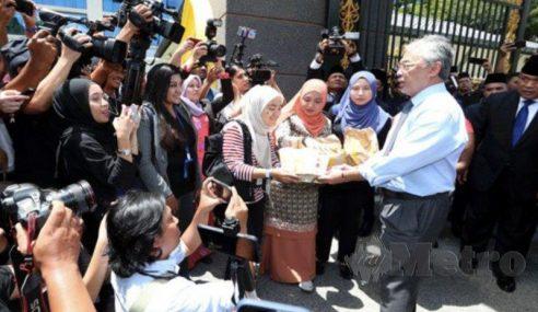 Al-Sultan Abdullah 'Belanja' Petugas Media Makan