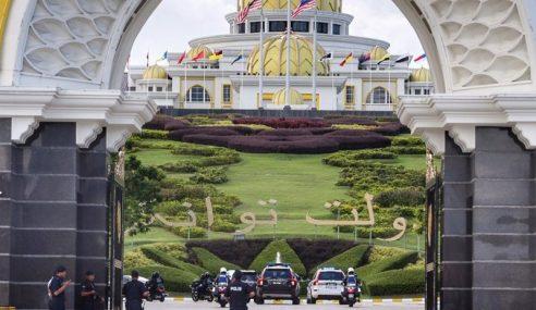 Agong Lantik Mahathir Sebagai PM Interim