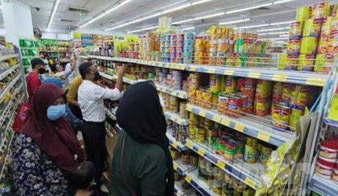 Covid-19: Orang Ramai 'Panik' Serbu Pasar Raya