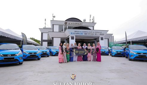 Sultan Johor Kurnia Kereta Myvi Kepada 10 Jururawat