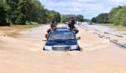 Agong Pandu, Redah Banjir Lawat Mangsa
