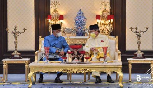 Agong Persembahkan DK Pahang Kepada Sultan Selangor